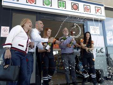 Los propietarios y empleados de la administración de Lotería de la Autopista del Sur, km 54 de Granadilla de Abona (Tenerife) celebran haber repartido el número 3.347, el Gordo de la Lotería de Navidad