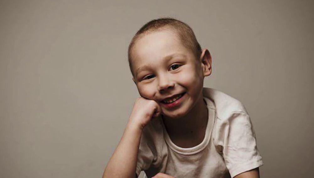 Imagen del niño de Reino Unido que lucha contra el cáncer