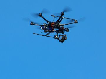 Dron surcando el cielo