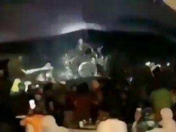 El vídeo del momento en el que gran tsunami de Indonesia acaba con un escenario en pleno concierto