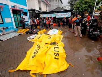 Víctimas del tsunami en Indonesia