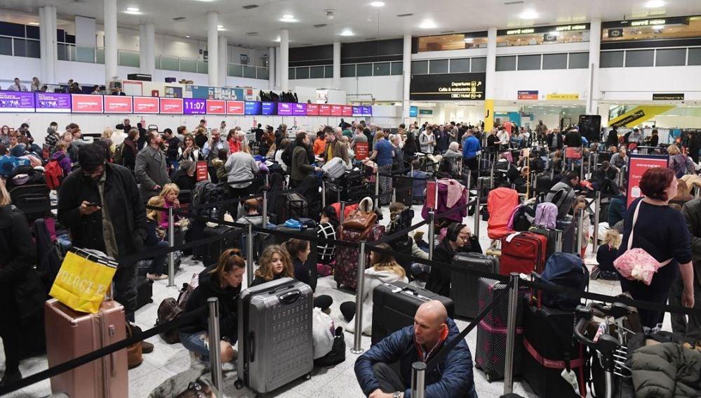 Imagen de archivo de una multitud de viajeros esperan en el aeropuerto de Gatwick