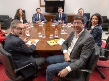 Imagen de los equipos negociadores de PP y Ciudadanos en Andalucía
