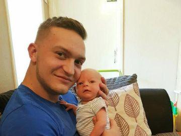 El padre junto a su bebé
