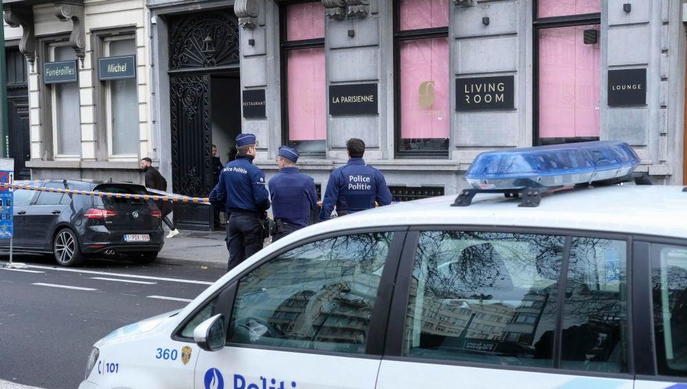 Un hombre dispara con arma de guerra contra un restaurante del centro de Bruselas