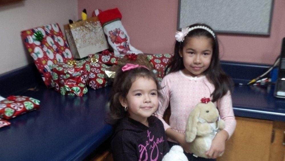 Fotografía cedida por Randy Heiss donde aparece la niña Dayami, de 8 años, junto a su hermana Ximena, 4