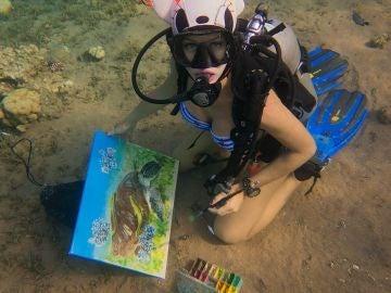 Olga Belka pintando bajo el mar