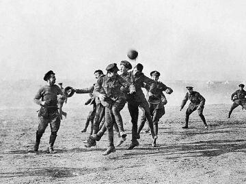 Imagen del partido que disputaron aliados y alemanes en la Primera Guerra Mundial