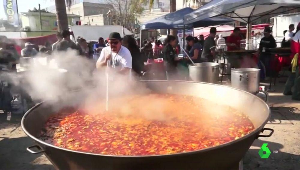 Más de 30 chefs coordinados por un cocinero valenciano crean una paella para los miles de migrantes de Tijuana