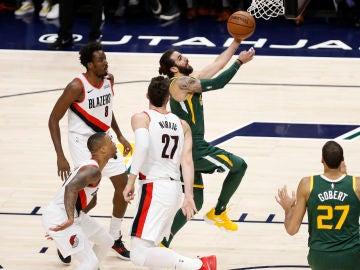 Ricky Rubio penetra a canasta ante la defensa de Portland