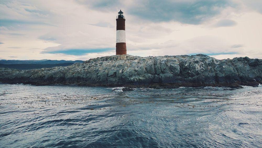 Faro con una isla