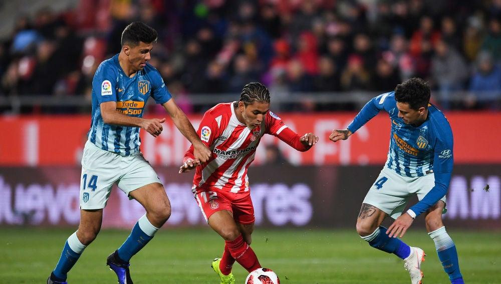 Douglas Luiz trata de marcharse de Rodrigo y Giménez