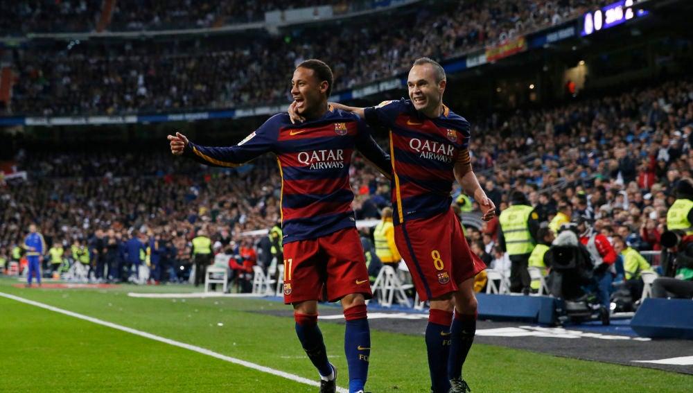 Neymar e Iniesta celebran un gol