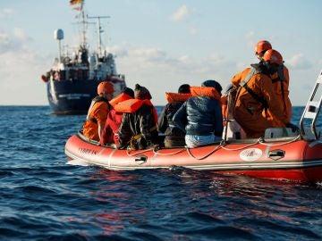 Un grupo de migrantes a bordo de una patera