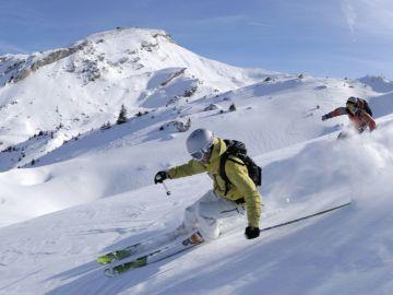 Dos hombres practican esquí.
