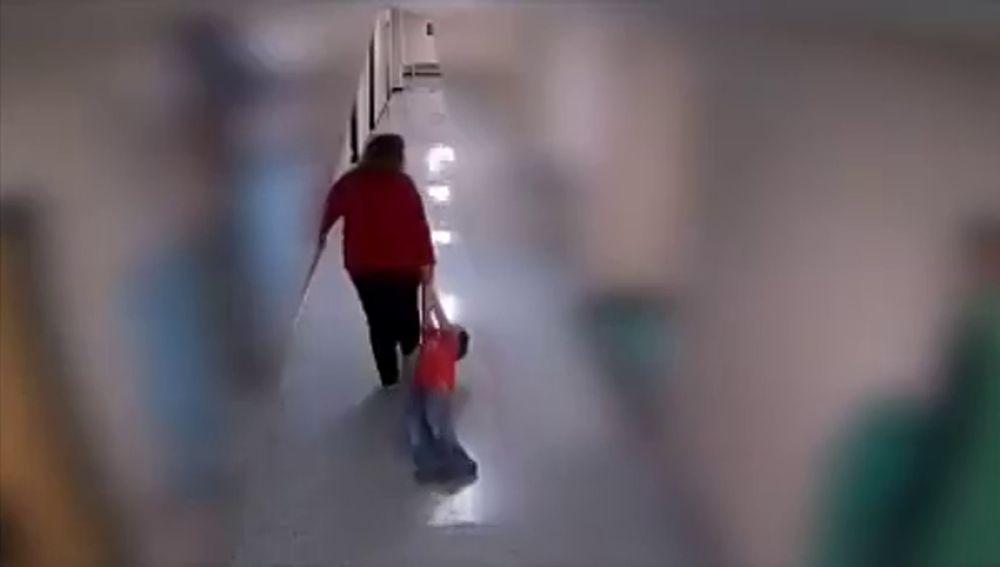 Despiden a una profesora por arrastrar por los pasillos del colegio a un niño con autismo que sufría una crisis