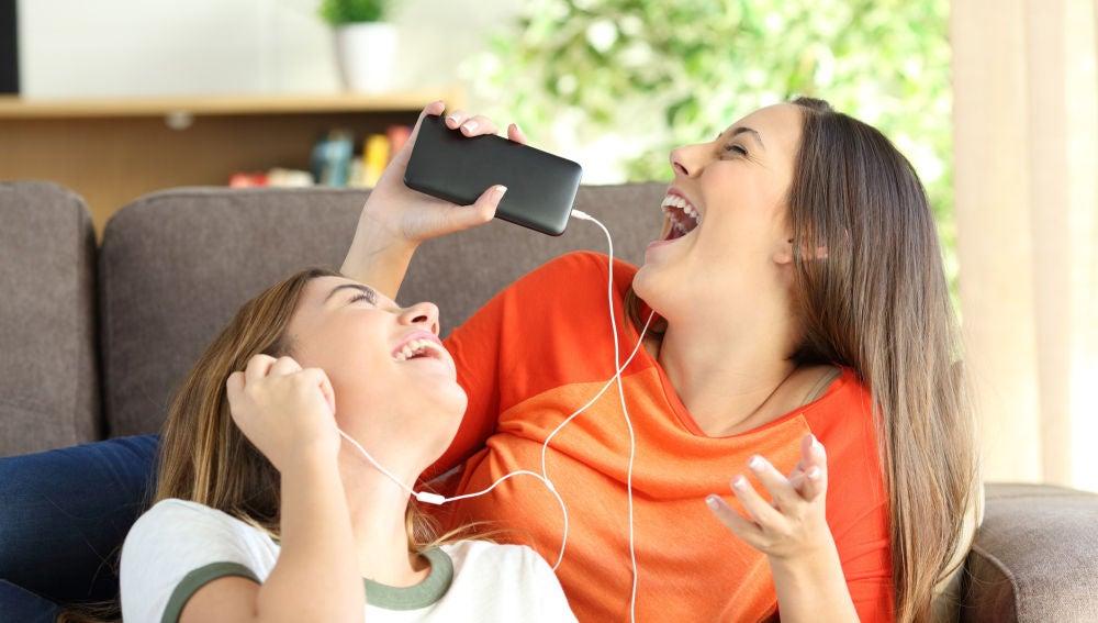 Amigas cantando con el móvil