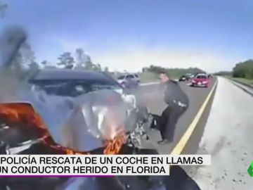 La policía rescata de un coche en llamas a un conductor herido en Florida