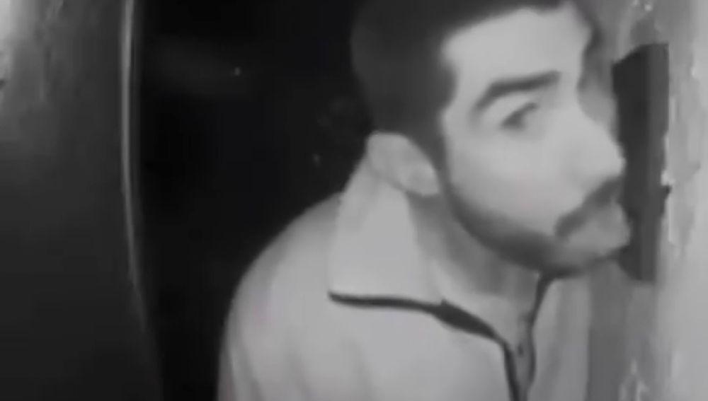 La Policía busca a un hombre que fue captado lamiendo durante tres horas el timbre de una familia en plena noche