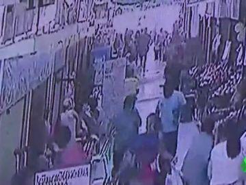 Las duras imágenes de un asesinato machista: un hombre abre fuego contra su mujer en un mercado de Perú