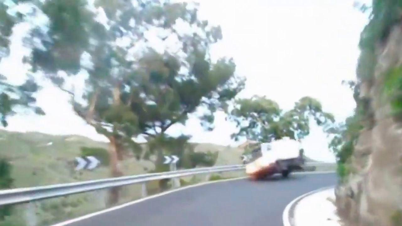 Un conductor salva su vida de 'milagro' tras salirse de la vía y casi caer por un precipicio