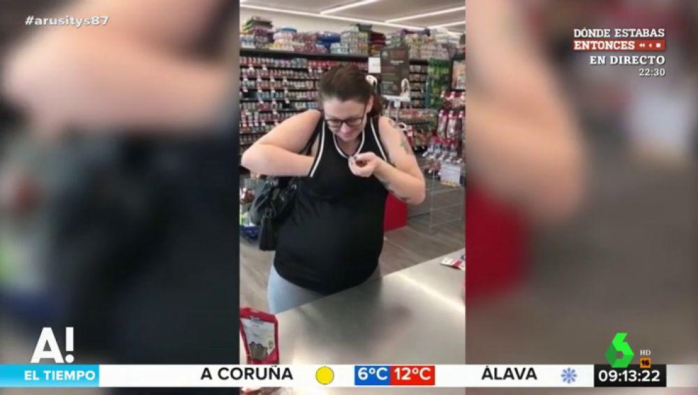 Una mujer saca a unas ratas de su sujetador