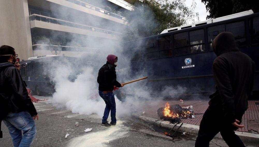 Varios profesores se enfrentan a la policía antidisturbios