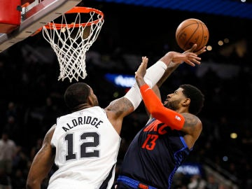 LaMarcus Aldridge tapona a Paul George