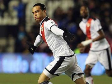 Raúl de Tomás celebra un gol con el Rayo