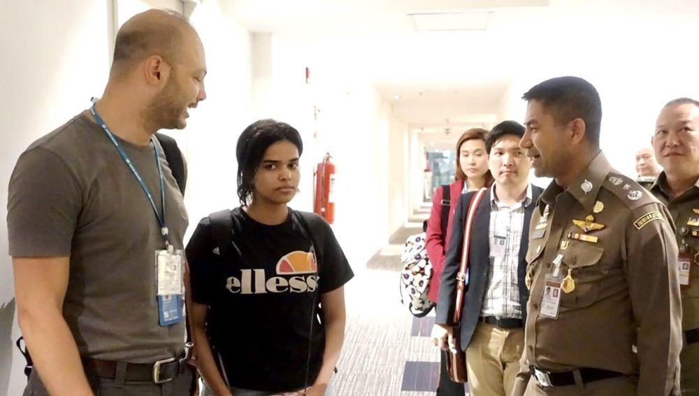 La joven saudí conversando con un jefe de la policía tailandesa