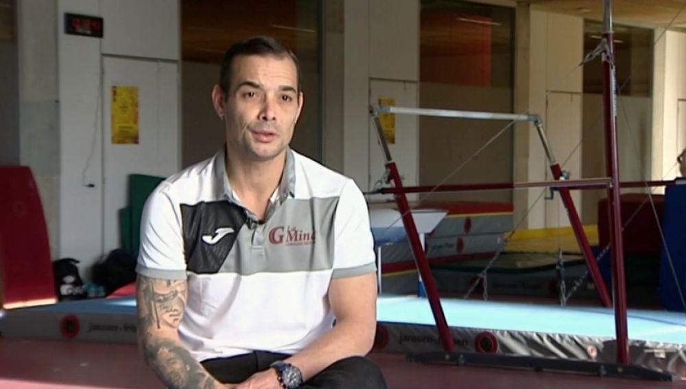 """La dedicación del gimnasta Gervasio Deffer por La Mina: """"Qué mejor lugar que trabajar en un gimnasio de un barrio estigmatizado por la marginalidad"""""""