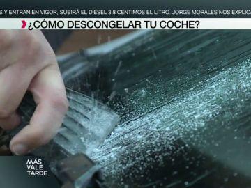 No usar agua caliente ni rascar el hielo con una cuchilla: un experto nos enseña a descongelar la luna del coche