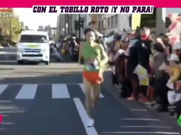 Un japonés corre 26 kilómetros con el ligamento del tobillo destrozado en una media maratón para dar el relevo a un compañero