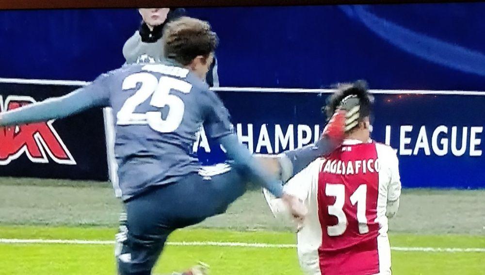 La salvaje entrada de Müller a Tagliafico