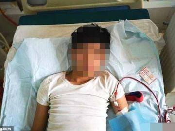 Xiao Wang recibe atención médica en la cama.