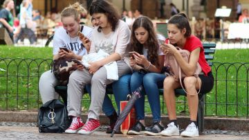 Aunque menos que los adolescentes, los padres también presentan dependencia del móvil.