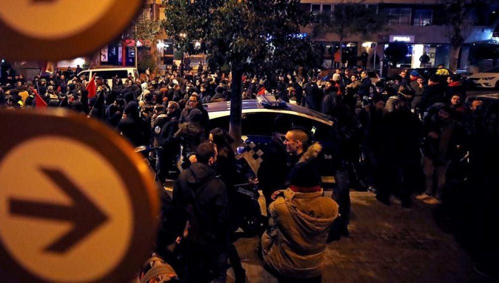 400 personas boicoteando un acto de Vox en Barcelona