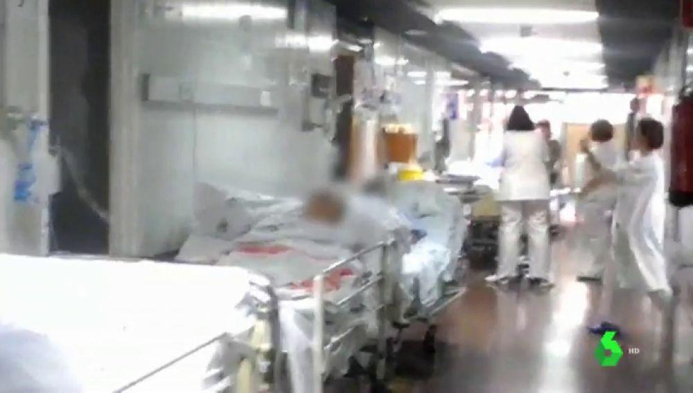 Imagen del pasillo del Hospital con las camas de los pacientes