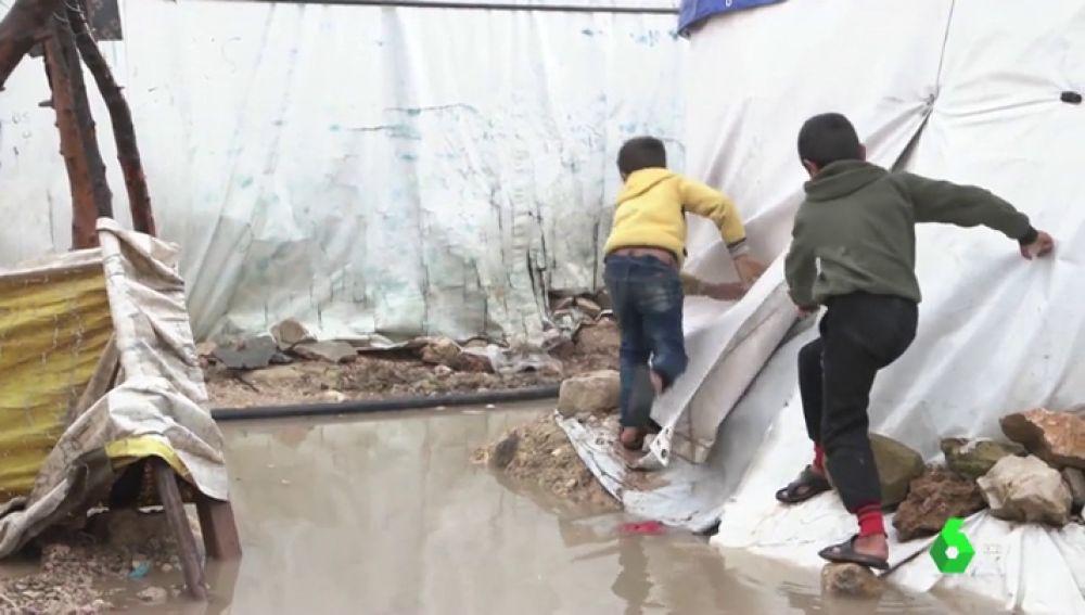 Imagen de niños en un campo de refugiados