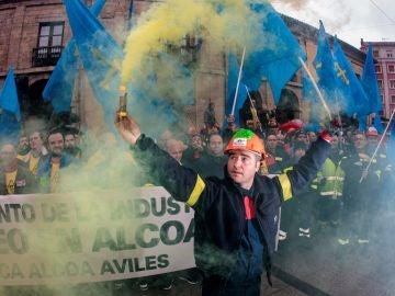 Trabajadores de Alcoa concentrados en la plaza de España de la Avilés.