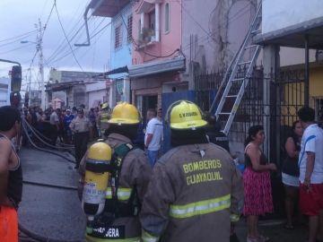 Bomberos en el exterior del lugar del incendio