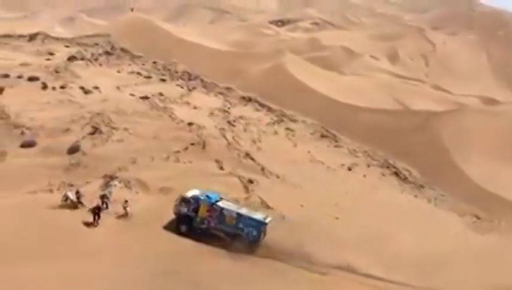 Expulsan a un piloto de camiones del Dakar por darse a la fuga tras atropellar a un espectador