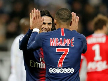 Mbappe y Cavani celebran un gol