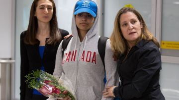 La joven saudí Rahaf Mohamed al Qunun llega al aeropuerto de Toronto, Canadá.