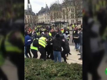 Brutal agresión de un grupo de 'chalecos amarillos' a dos periodistas durante la última jornada de protestas