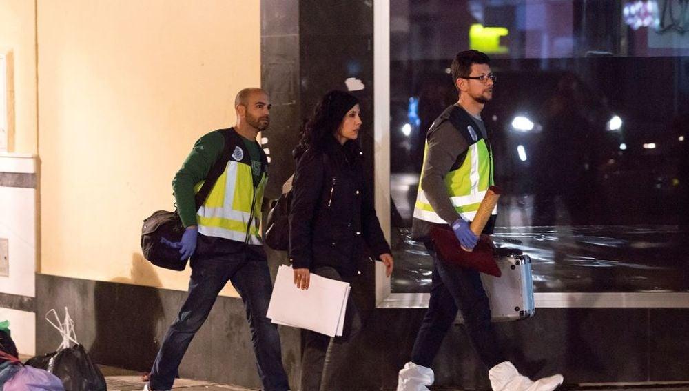 Miembros de la policía científica en el exterior de la vivienda del asesinato machista de Fuengirola