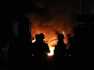 Agentes de seguridad afganos inspeccionan el lugar de la explosión en Herat