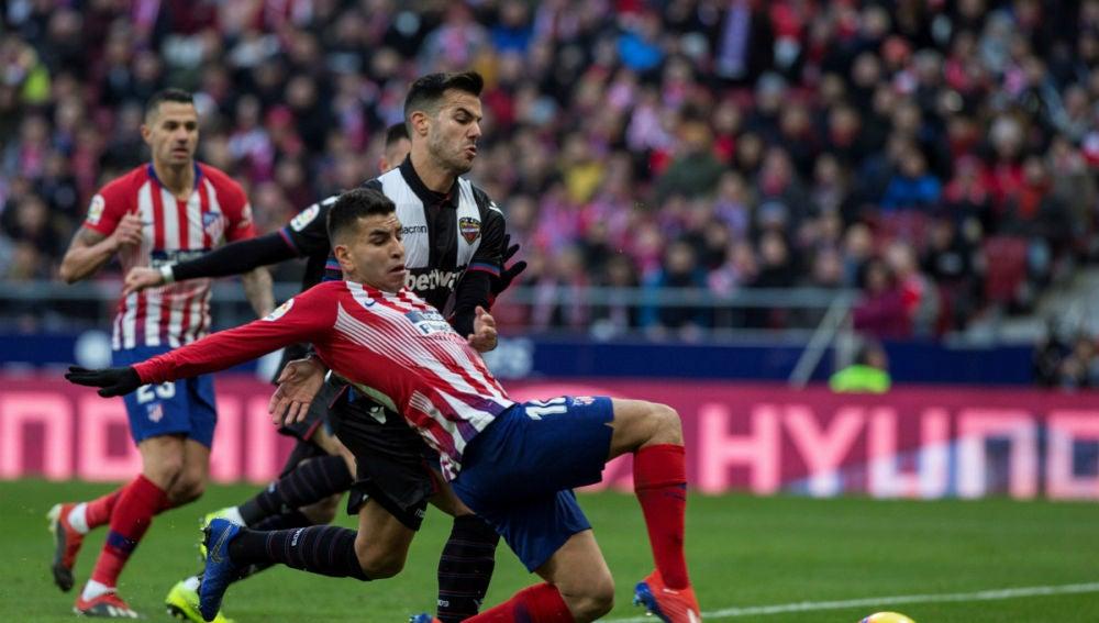 Correa trata de llegar a un balón ante el Levante