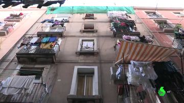 Imagen de la fachada de un edificio en Barcelona por donde un hombre supuestamente ha lanzado a una mujer