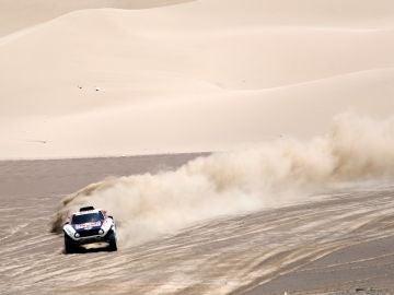 Peterhansel avanza por las dunas en el Dakar